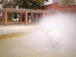 水の体の前に噴水の写真・画像素材[1025403]