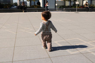 歩道に立っている小さな男の子の写真・画像素材[1053494]