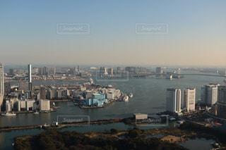 バック グラウンドで市と水の大きな体の写真・画像素材[1053504]