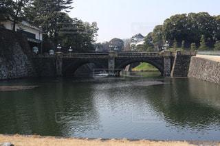 水の体の上を橋を渡る列車の写真・画像素材[1054650]