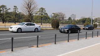 道の端に駐車していた車の写真・画像素材[1054652]