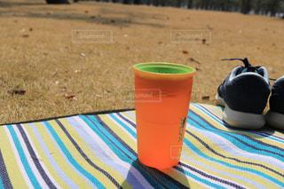 テーブルの上のコーヒー カップの写真・画像素材[1054654]