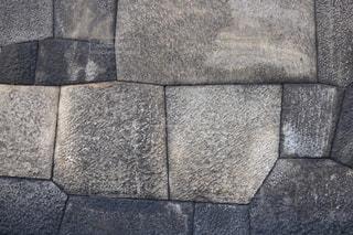 近くに石の壁のアップの写真・画像素材[1054676]