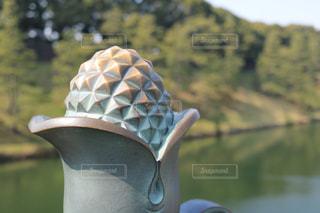 背景の水と花瓶の像の写真・画像素材[1054678]