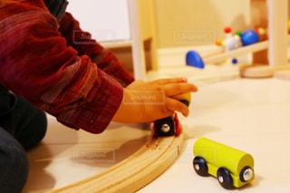 列車で遊ぶ赤ちゃんの写真・画像素材[1072192]