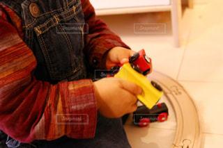 おもちゃを持っている手の写真・画像素材[1072193]
