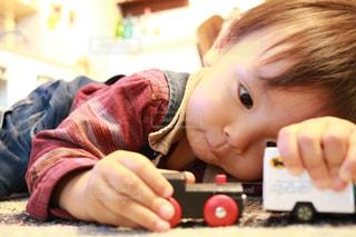 赤ん坊を持っている人の写真・画像素材[1072199]