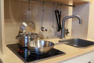ストーブの鍋付きのキッチンの写真・画像素材[1072203]