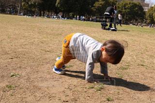 男の野球のゲームをプレイの写真・画像素材[1083561]