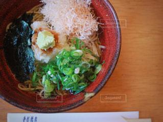 木製のテーブルの上に食べ物のプレートの写真・画像素材[1085403]
