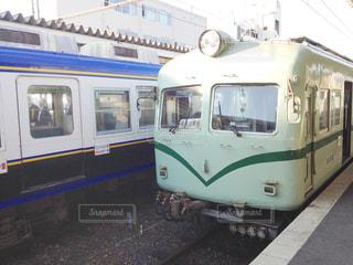 青と白の旅客列車は駅で停止の写真・画像素材[1118757]