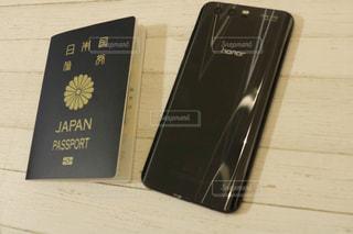 honor9とパスポートの写真・画像素材[1133178]