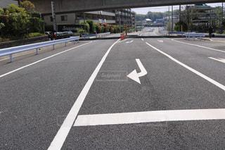 高速道路の横にある空の街の写真・画像素材[1136759]