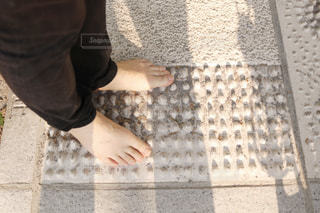 歩道の上に立っている人の写真・画像素材[1138501]