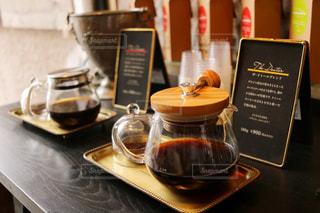 テーブルの上のコーヒー カップの写真・画像素材[1142888]