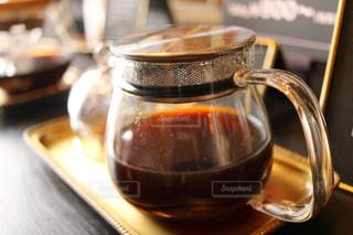 テーブルの上のコーヒー カップの写真・画像素材[1142889]