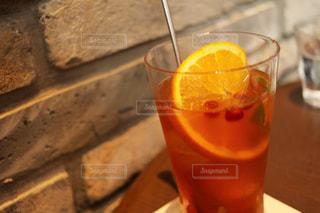 テーブルの上のビールのグラスの写真・画像素材[1142934]
