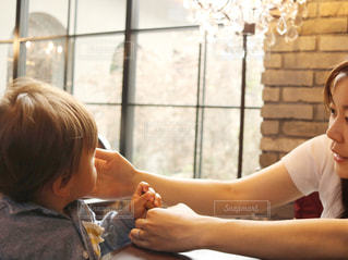 食事のテーブルに座って若い男の子の写真・画像素材[1142936]