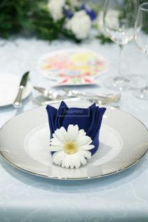 テーブルの上のケーキをのせた白プレートの写真・画像素材[1144753]