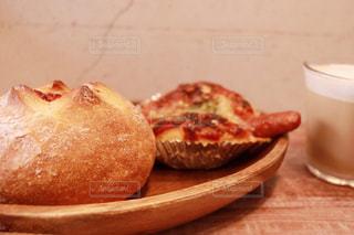 近くのテーブルの上に食べ物をの写真・画像素材[1159807]