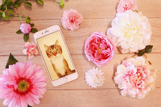 テーブルの上のピンクの花の束の写真・画像素材[1159811]