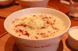 テーブルにあるスープのボウルの写真・画像素材[1164384]