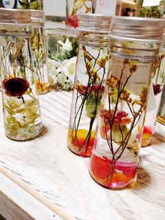 テーブルの上の花の花瓶の写真・画像素材[1176604]