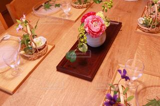 木製テーブルの上に座っている花の花瓶の写真・画像素材[1179860]