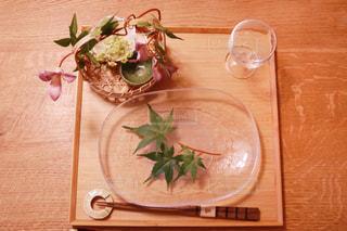 木製テーブルの上に座っている花の花瓶の写真・画像素材[1179861]