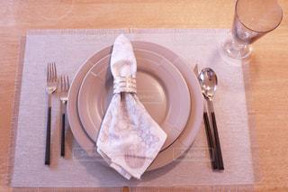 木製テーブルの上に座っているケーキの写真・画像素材[1179868]