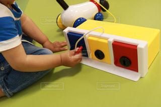 テーブルに座っている小さな子供の写真・画像素材[1183914]