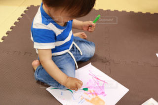 テーブルに座っている小さな子供の写真・画像素材[1183915]