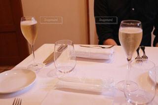ワイングラスを持つテーブルに着席した人の写真・画像素材[1199399]