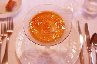 皿の上のガラスのコップの写真・画像素材[1199401]