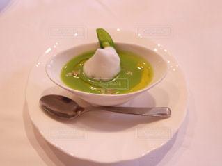 テーブルの上に食べ物のプレートの写真・画像素材[1199402]