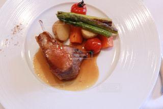 肉と野菜をトッピング白プレートの写真・画像素材[1199403]