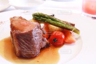 肉と野菜をトッピング白プレートの写真・画像素材[1199404]