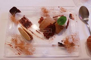 フォークとナイフを皿の上のケーキの一部の写真・画像素材[1199405]