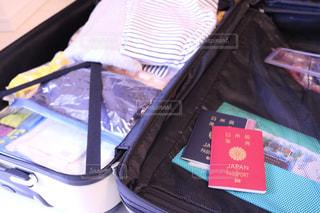 スーツケースの上に座って荷物のバッグの写真・画像素材[1210999]