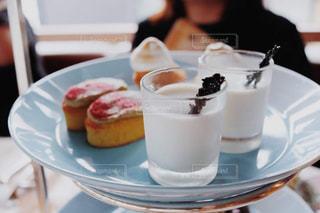ケーキとコーヒーのカップのプレートの写真・画像素材[1212202]