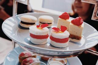 皿の上のケーキを持つテーブルの写真・画像素材[1212203]