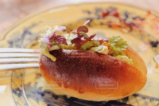 皿の上の食べ物のかけらの写真・画像素材[1212204]