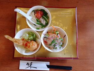 木製のテーブルの上に食べ物のプレートの写真・画像素材[1218574]
