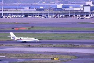 飛行機、空港の滑走路の上に座っての写真・画像素材[1233819]