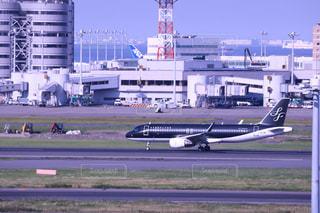 空港で滑走路に大きい飛行機の写真・画像素材[1233820]