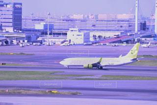 空港で滑走路に大きい飛行機の写真・画像素材[1233821]