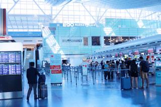 空港で荷物のカルーセルの周りに立って人々 のグループの写真・画像素材[1233826]
