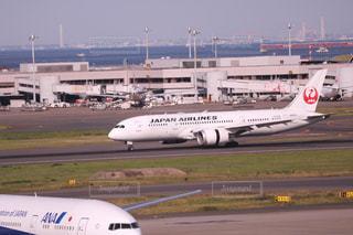 大型の旅客機が滑走路の上に座っています。の写真・画像素材[1233833]