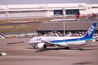 大型の旅客機が滑走路の上に座っています。の写真・画像素材[1233834]