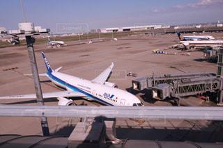 空港で駐機場の上に座っている大型旅客機の写真・画像素材[1233837]